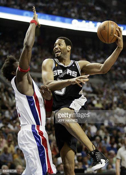 Ben Wallace of the Detroit Pistons tries to guard Robert Horry of the San Antonio Spurs in the second half of game three of the NBA Finals 14 June,...