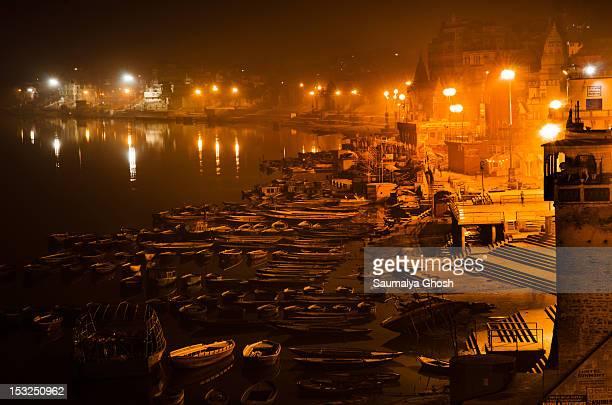 benaras at night - saumalya ghosh stock pictures, royalty-free photos & images