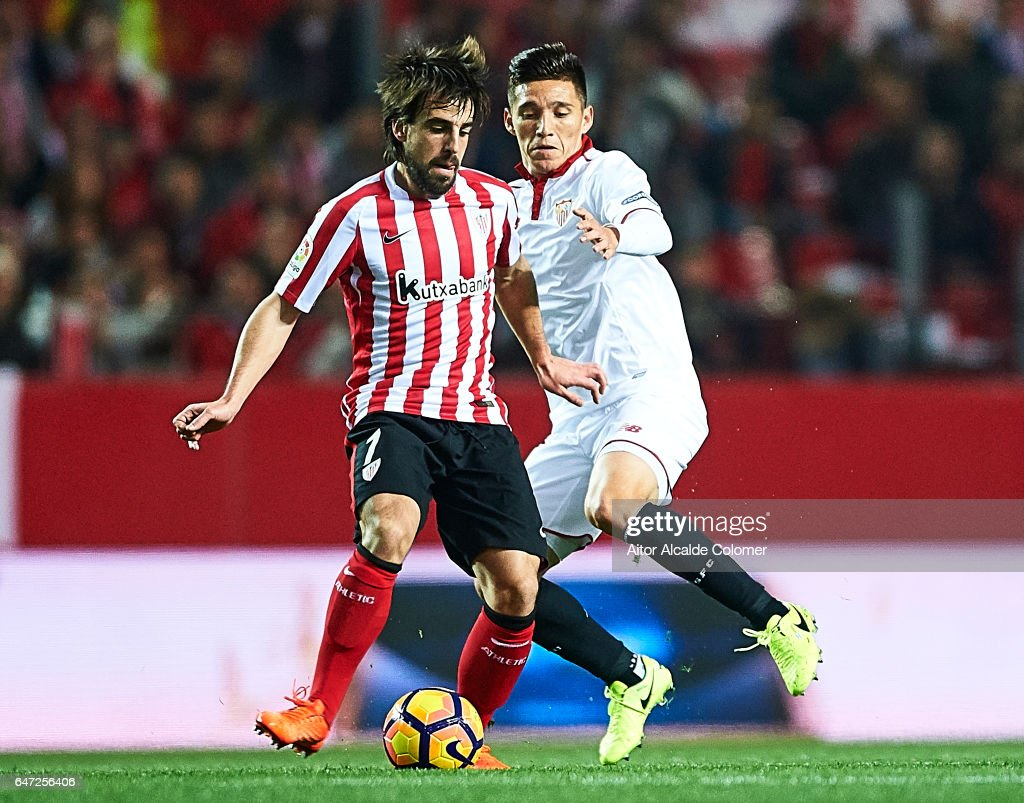 Benat Etxebarria of Athletic Club (L) being followed by Matias Kranevitter of Sevilla FC (R) during the La Liga match between Sevilla FC and Athletic Club de Bilbao at Estadio Ramon Sanchez Pizjuan on March 02, 2017 in Seville, Spain.