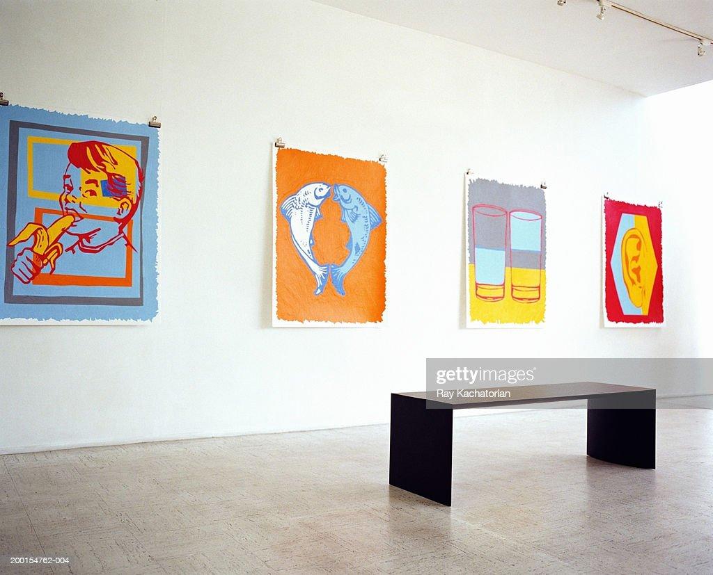 Bench and art pieces in gallery : Foto de stock