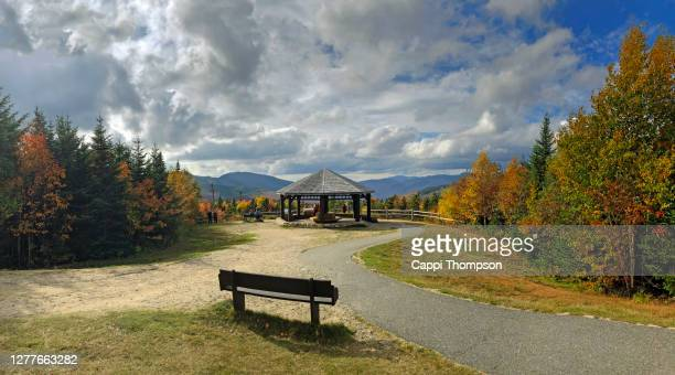 bench and shelter at the pemigewasset overlook along the kancamagus highway in the new hampshire white mountains during autumn - 緊急避難所 ストックフォトと画像