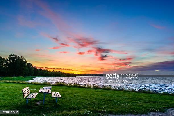 bench and sunset - västra götalands län stockfoto's en -beelden