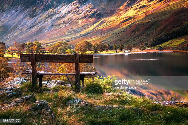 bench, buttermere lake, lake district, cumbria, uk - lake district stockfoto's en -beelden