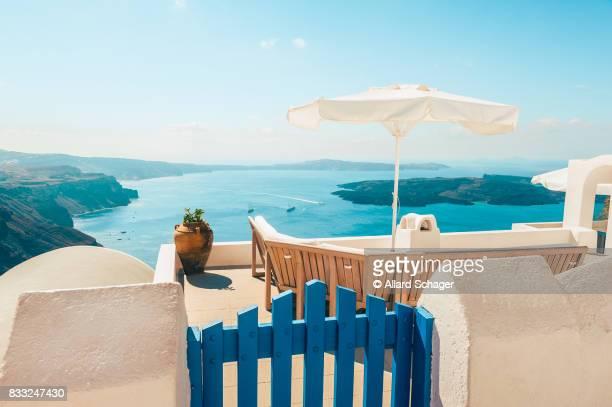 bench on terrace overlooking caldera of santorini greece - culture méditerranéenne photos et images de collection
