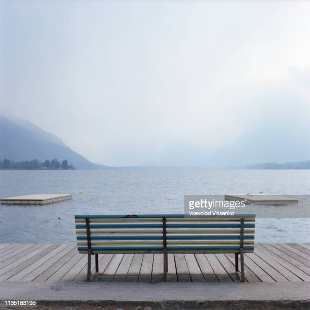 bench on the lake - annecy photos et images de collection