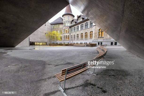benches under the modern extension of museum,zurich. - emreturanphoto fotografías e imágenes de stock