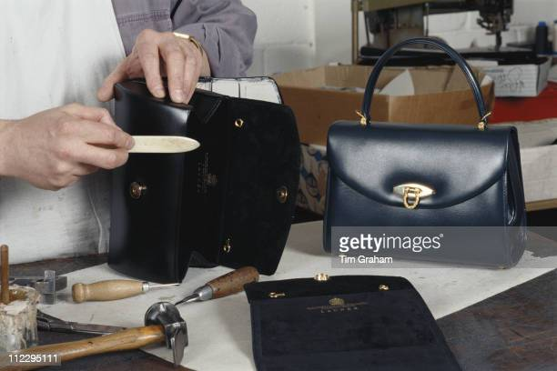 Benchworker Barry Cummins making a handbag for Launer, manufacturers of leather goods to Queen Elizabeth II, London, England, Great Britain, 23...