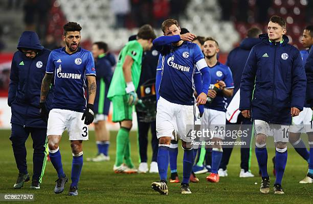 Benedikt Höwedes and Junior Caiçara of Schalke look dejected at the end of the UEFA Europa League match between FC Salzburg and FC Schalke 04 at Red...