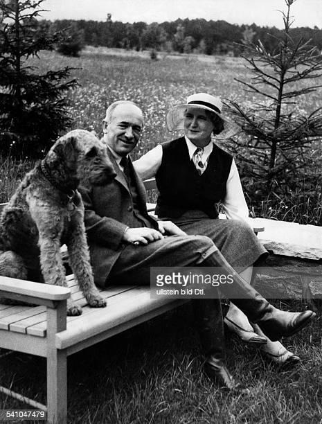 Benes Edvard *28051884Politiker TschechoslowakeiStaatspraesident von 193538 und 194548 mit seiner Ehefrau auf dem Landsitz in Sezimovo Usti in der...