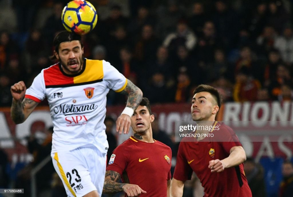Benevento's Italian defender Lorenzo Venuti (L) heads the ball next to AS Roma's Italian forward Stephan El Shaarawy (R) during the Italian Serie A football match between AS Roma and Benevento on February 11, 2018 at the Olympic stadium in Rome. / AFP PHOTO / Vincenzo PINTO