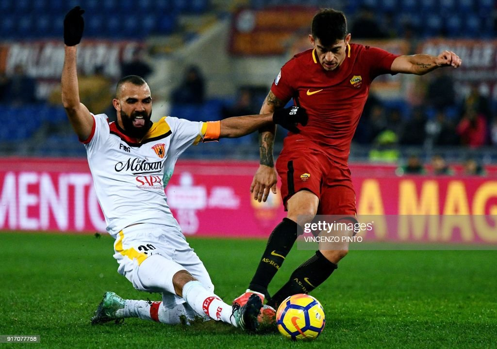 Benevento's midfielder from Brazil Sandro (L) vies for the ball with AS Roma's midfielder from Argentina Diego Perotti (R) during the Italian Serie A football match AS Roma vs Benevento on February 11, 2018, at the Olympic Stadium in Rome. / AFP PHOTO / Vincenzo PINTO