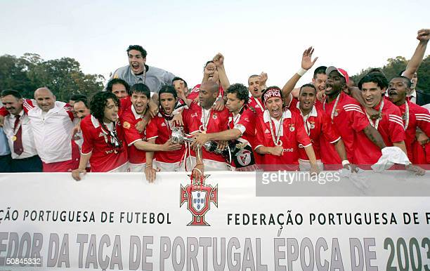 Benfica celebrate their victory over FC Porto in the final of the Portugal Cup 16 May 2004 at Lisbon Jamor national stadium Benfica won 21 in extra...