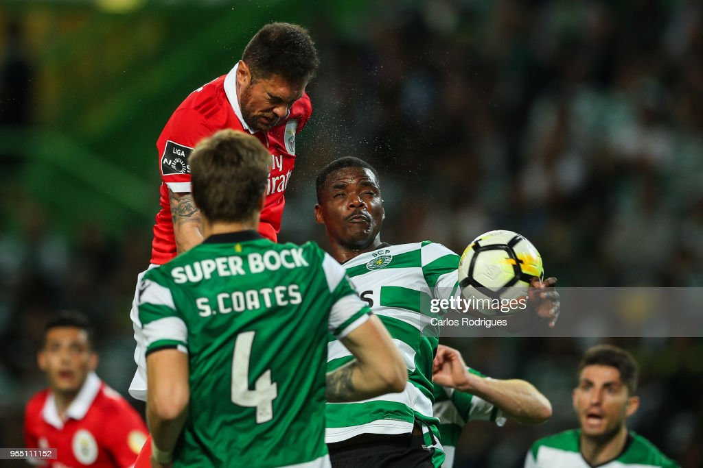 SL Benfica defender Jardel Vieira from Brasil (U) vies with Sporting CP midfielder William Carvalho from Portugal (R) for the ball possession during the Portuguese Primeira Liga match between Sporting CP and SL Benfica at Estadio Jose Alvalade on May 05, 2018 in Lisbon, Lisboa.