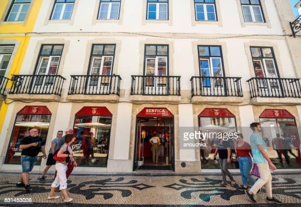 ventilador de benfica almacenar en la famosa rua augusta lleno de turistas en lisboa, portugal - rua fotografías e imágenes de stock
