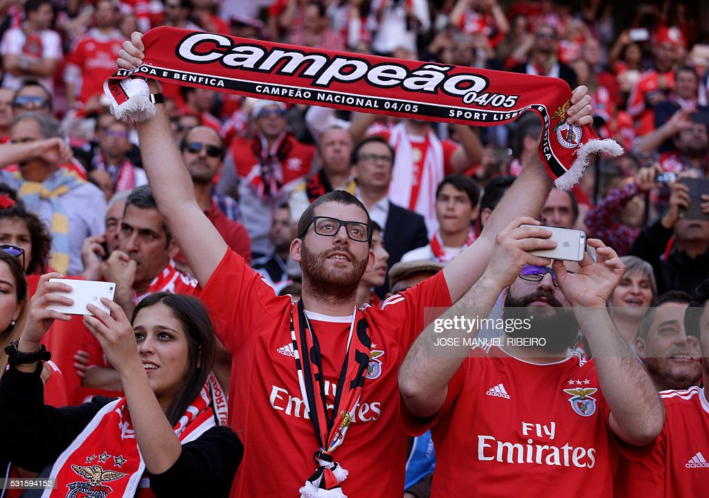TOPSHOT - Benfica fans cheer their team during the Portuguese league football match SL Benfica vs CD Nacional at Luz stadium in Lisbon on May 15, 2016. / AFP / JOSE