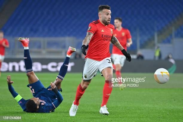 Benfica's Argentine defender Nicolas Otamendi challenges Arsenal's Gabonese striker Pierre-Emerick Aubameyang during the UEFA Europa League round of...