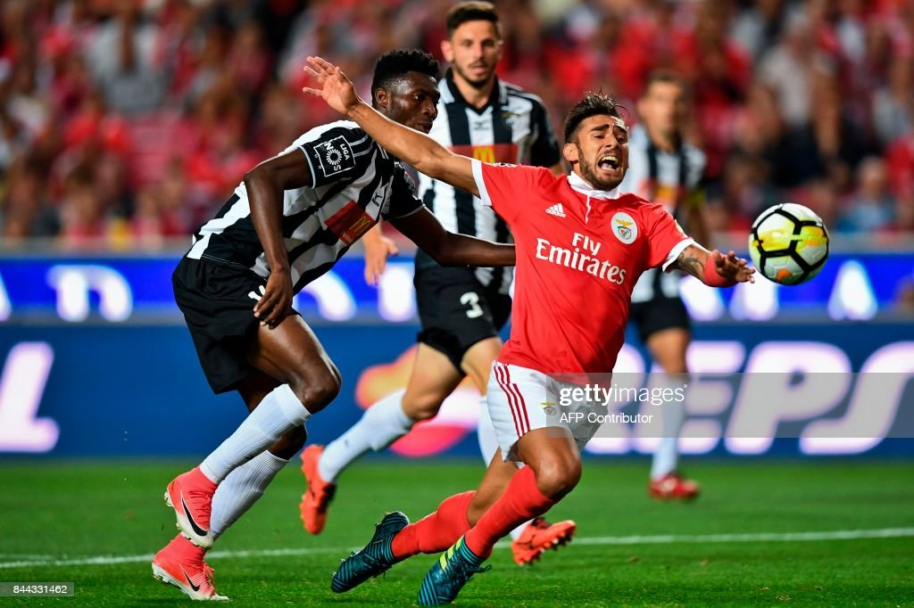 Benfica's Argentine midfielder Eduardo Salvio (R) vies with Portimonense's Ghanaian defender Emmanuel Hackman during the Portuguese league football match SL Benfica vs Portimonense SAD at the Luz stadium in Lisbon on September 8, 2017. /