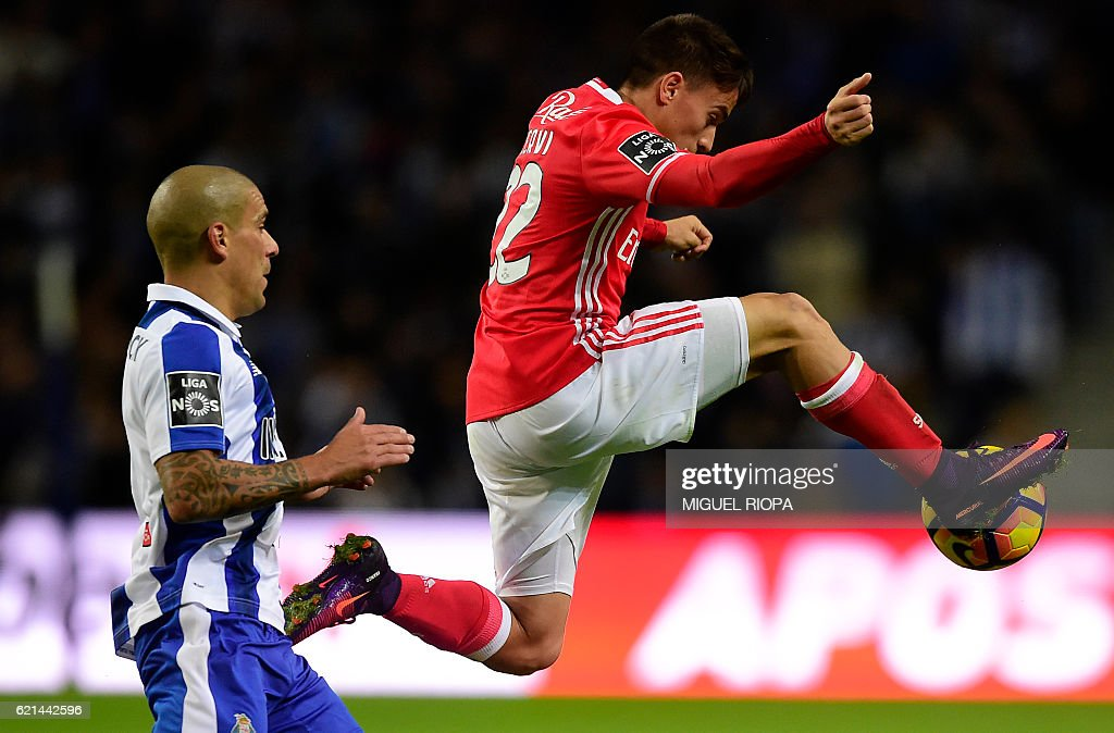 Benfica's Argentinian defender Franco Cervi (R) controls the ball next to Porto's Uruguayan defender Maxi Pereira during the Portuguese league football match FC Porto vs SL Benfica at the Dragao stadium in Porto on November 6, 2016. / AFP / MIGUEL