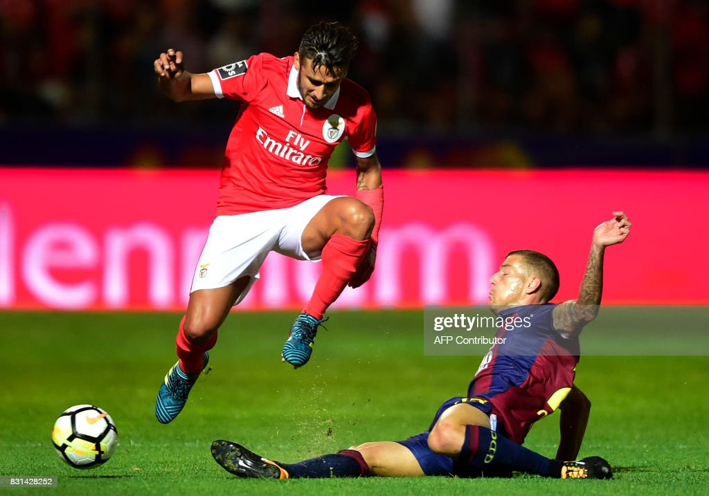 Benfica's Argentinian forward Eduardo Salvio (L) vies with Chaves' midfielder Pedro Tiba during the Portuguese league football match between GD Chaves and SL Benfica at the Municipal Eng. Manuel Branco Teixeira stadium in Chaves on August 14, 2017. /