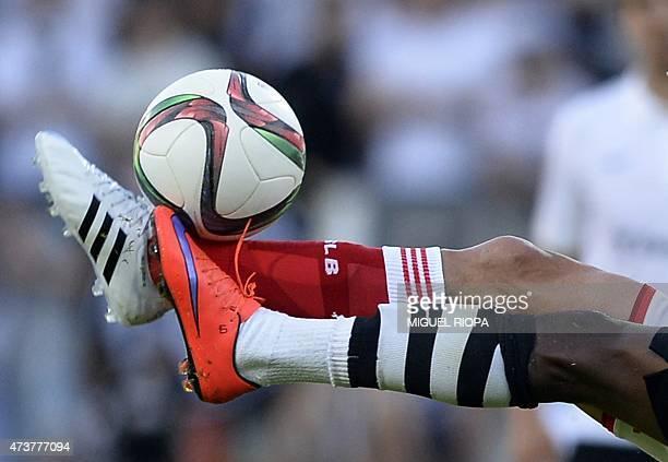 Benfica's Argentinian midfielder Nico Gaitan vies with Vitoria SC's Burkinabe midfielder Nii Plange the Portuguese league football match Vitoria SC...