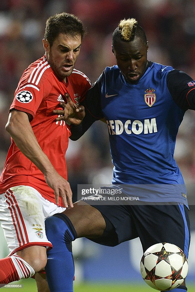 Benfica's Brazilian defender Jardel Vieira (L) vies with Monaco's Ivorian forward Lacina Traore (L) during the UEFA Champions League group C football match between SL Benfica and AS Monaco FC at Luz stadium in Lisbon on November 4, 2014.