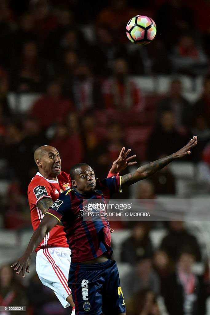 Benfica's Brazilian defender Luisao da Silva (L) vies with Chaves' Brazilian forward William Oliveira (R) during the Portuguese league football match SL Benfica vs GD Chaves at the Luz stadium in Lisbon on February 24, 2017. / AFP / PATRICIA