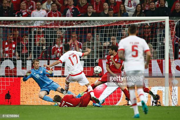 Benfica's Brazilian forward Jonas fails to score past Bayern Munich's goalkeeper Manuel Neuer L0 and Bayern Munich's Spanish midfielder Javier...