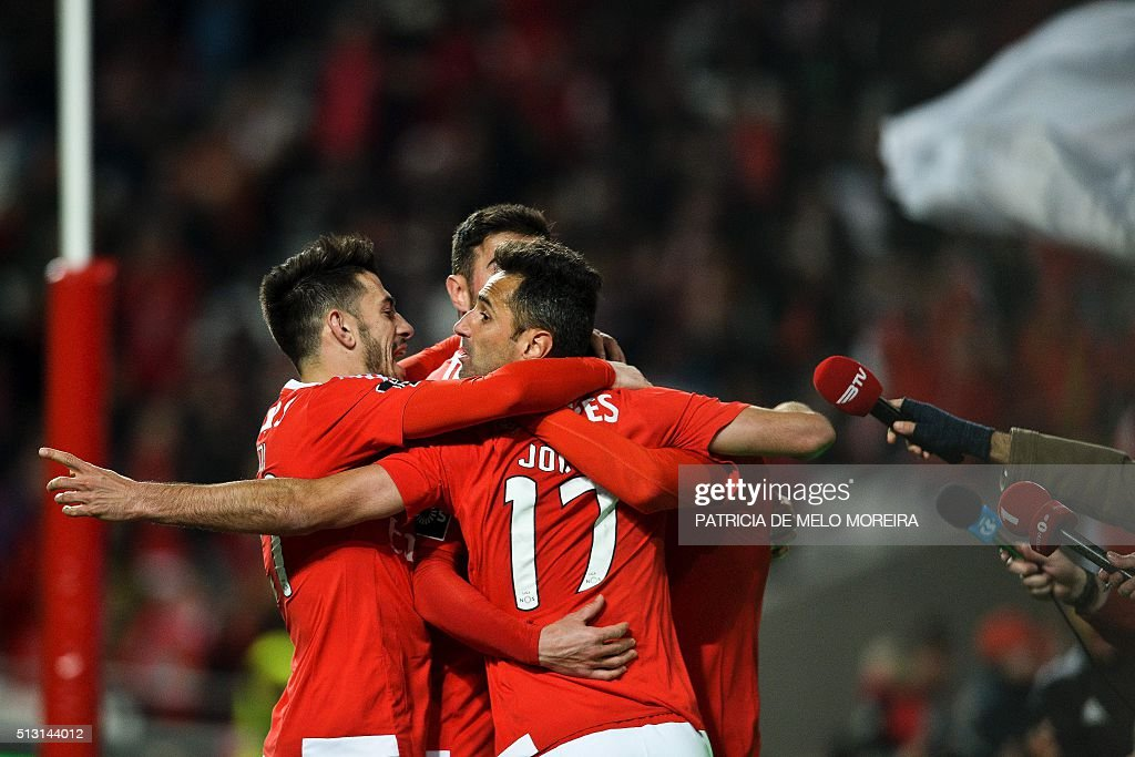 Benfica's Brazilian forward Jonas Oliveira celebrates with his teammates after scoring during the Portuguese league football match SL Benfica vs Uniao Madeira at the Luz stadium in Lisbon on February 29, 2016. / AFP / PATRICIA