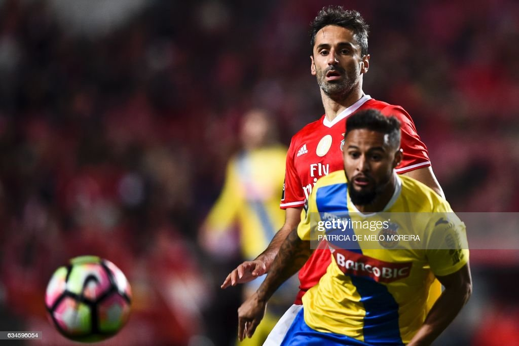 Benfica's Brazilian forward Jonas Oliveira (L) vies with Arouca's Bissau Guinean forward Leocisio Sami during the Portuguese league football match SL Benfica vs FC Arouca at the Luz stadium in Lisbon on February 10, 2017. / AFP / PATRICIA