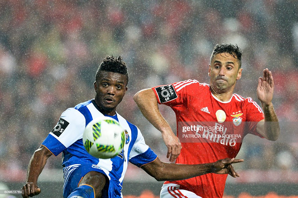 TOPSHOT - Benfica's Brazilian forward Jonas Oliveira (R) vies with Porto's Nigerian midfielder Chidozie Awaziem during the Portuguese league football match SL Benfica vs FC Porto at the Luz stadium in Lisbon on February 12, 2016. / AFP / PATRICIA