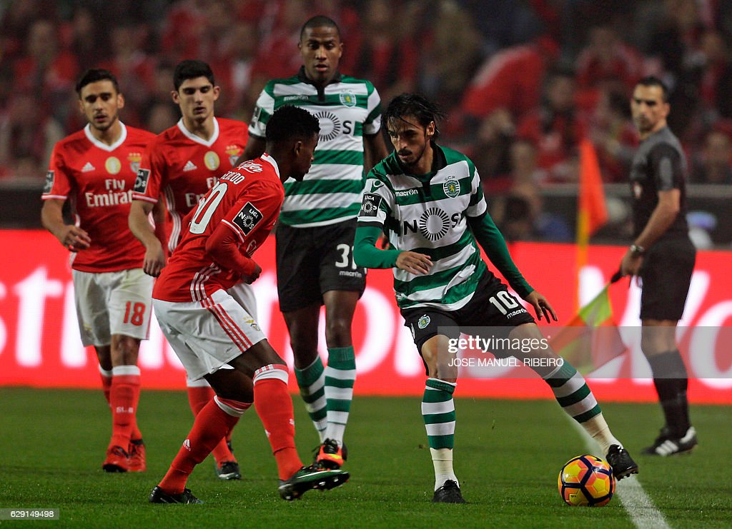 Benfica's Brazilian forward Jonas (L) vies with Sporting's Costa Rican forward Bryan Ruiz during the Portuguese league football match SL Benfica vs Sporting CP at the Luz stadium in Lisbon on December 11, 2016. / AFP / JOSE
