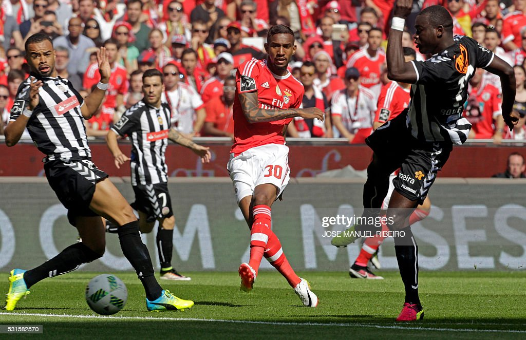 Benfica's Brazilian midfielder Anderson Talisca (C) vies with Nacional's Guinean midfielder Boubacar Fofana (R) and Brazilian forward Soares (L) during the Portuguese league football match SL Benfica vs CD Nacional at Luz stadium in Lisbon on May 15, 2016. / AFP / JOSE