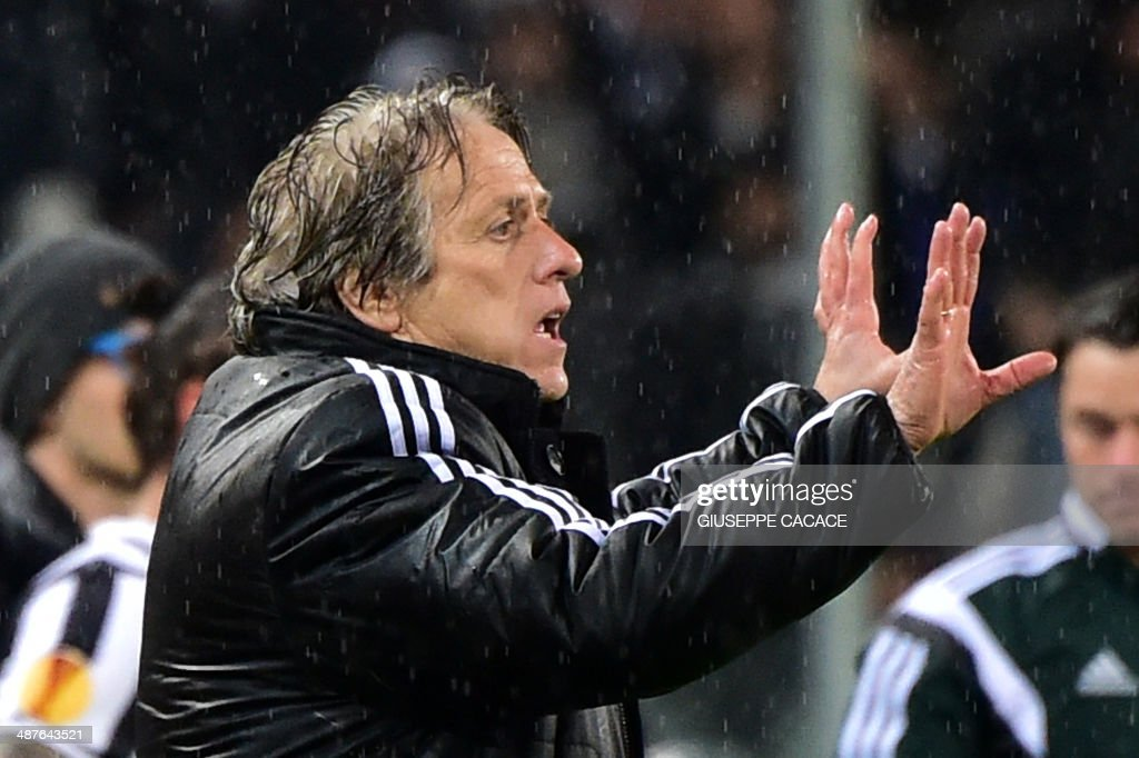 Benfica's coach Jorge Jesus gestures during the UEFA Europa League semifinal football match Juventus vs Benfica on May 1st, 2014 at the Juventus Stadium in Turin. AFP PHOTO / GIUSEPPE CACACE / AFP PHOTO / Giuseppe CACACE