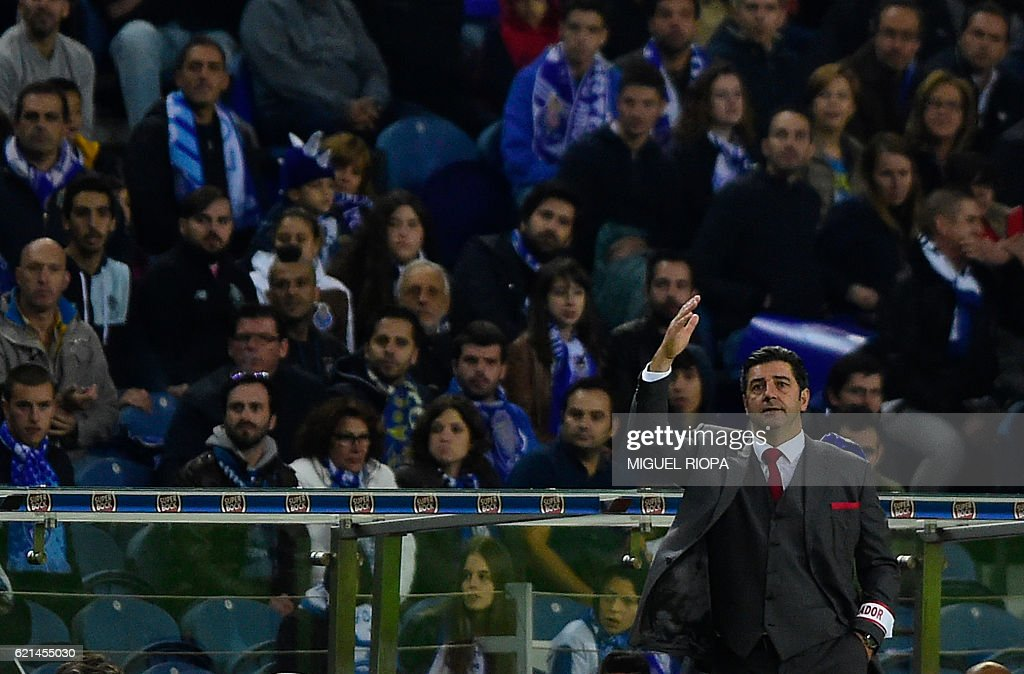 Benfica's coach Rui Vitoria gestures during the Portuguese league football match FC Porto vs SL Benfica at the Dragao stadium in Porto on November 6, 2016. / AFP / MIGUEL