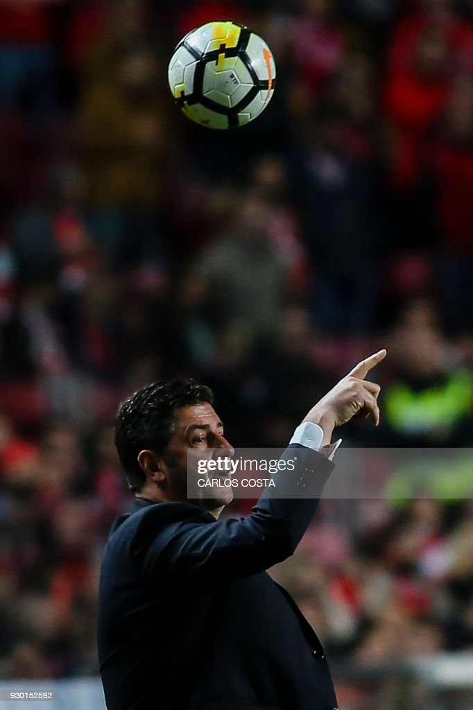 Benfica's coach Rui Vitoria gestures from the sideline during the Portuguese league football match between SL Benfica and CD Aves at the La Luz stadium in Lisbon on March 10, 2018. /