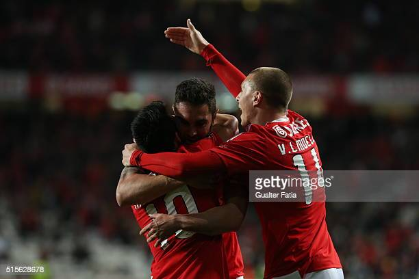 Benfica's defender from Brazil Jardel celebrates with teammate SL Benfica's midfielder from Argentina Nico Gaitan and SL Benfica's defender from...