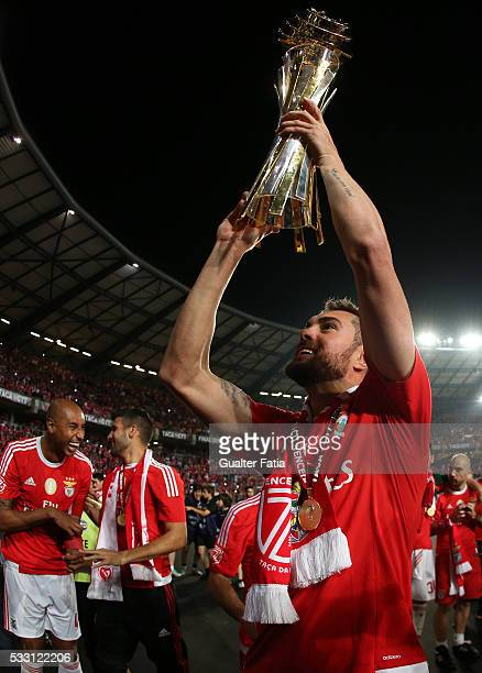 Benfica's defender from Brazil Jardel celebrates with trophy after winning the Portuguese League Cup Title at the end of the Taca CTT Final match...