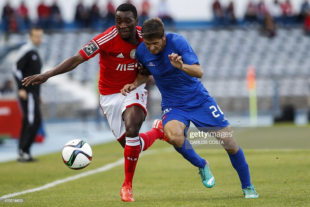 Benfica's Dutch forward Ola John (L) vies with Belenenses's midfielder Filipe Ferreira (R) during the Portuguese league football match CF Os Belenenses v SL Benfica at the Restelo stadium in Lisbon on April 18, 2015.