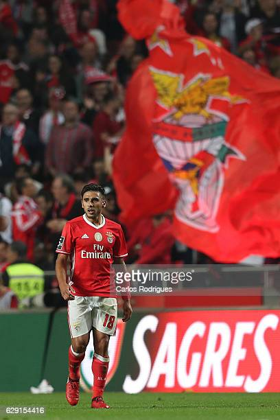 Benfica's forward Eduardo Salvio from Argentina celebrates scoring Benfica's first goal during the match between SL Benfica v Sporting CP for the...