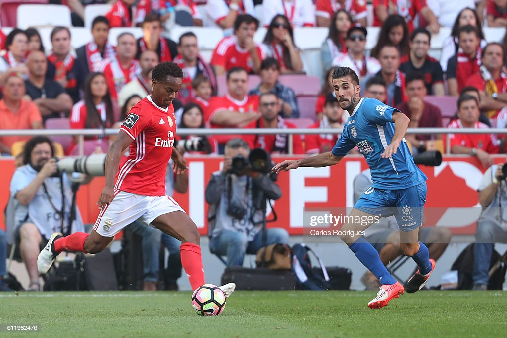SL Benfica's forward from Peru Andre Carrillo (R) tries to pass trough Feirense's midfielder Luis Aurelio from Portugal (L) during the SL Benfica v CD Feirense - Primeira Liga match at Estadio da Luz on October 02, 2016 in Lisbon, Portugal.