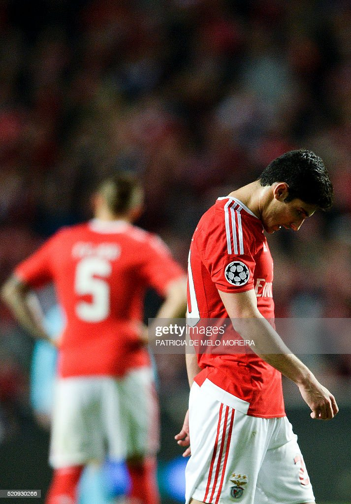 Benfica's forward Goncalo Guedes (R) looks downwards at the end of the UEFA Champions League second-leg quarterfinal football match SL Benfica vs Bayern Munich at Luz stadium in Lisbon on April 13, 2016. / AFP / PATRICIA