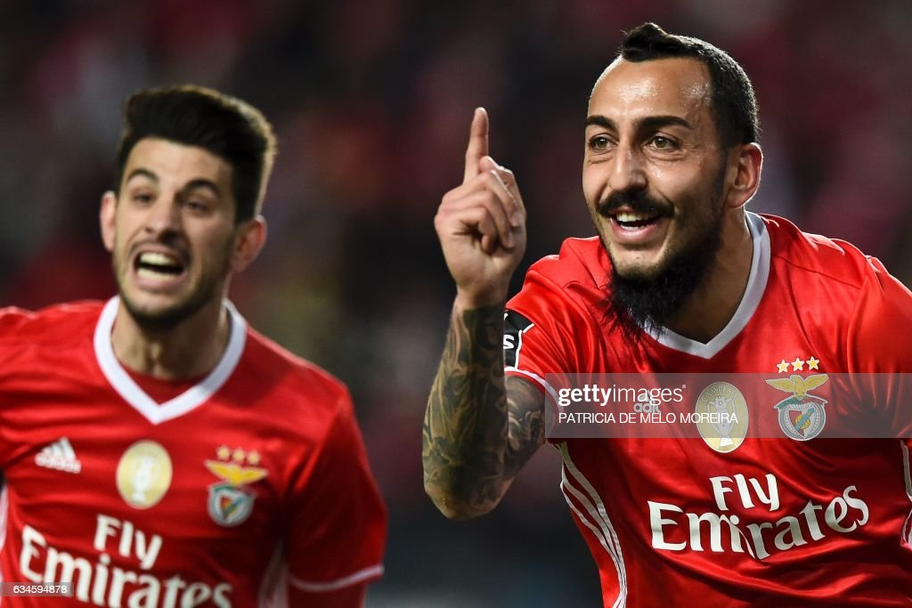 Benfica's Greek forward Konstantinos Mitroglou (R) celebrates with his teammate Benfica's midfielder Pizzi Fernandes after scoring during the Portuguese league football match SL Benfica vs FC Arouca at the Luz stadium in Lisbon on February 10, 2017. / AFP / PATRICIA