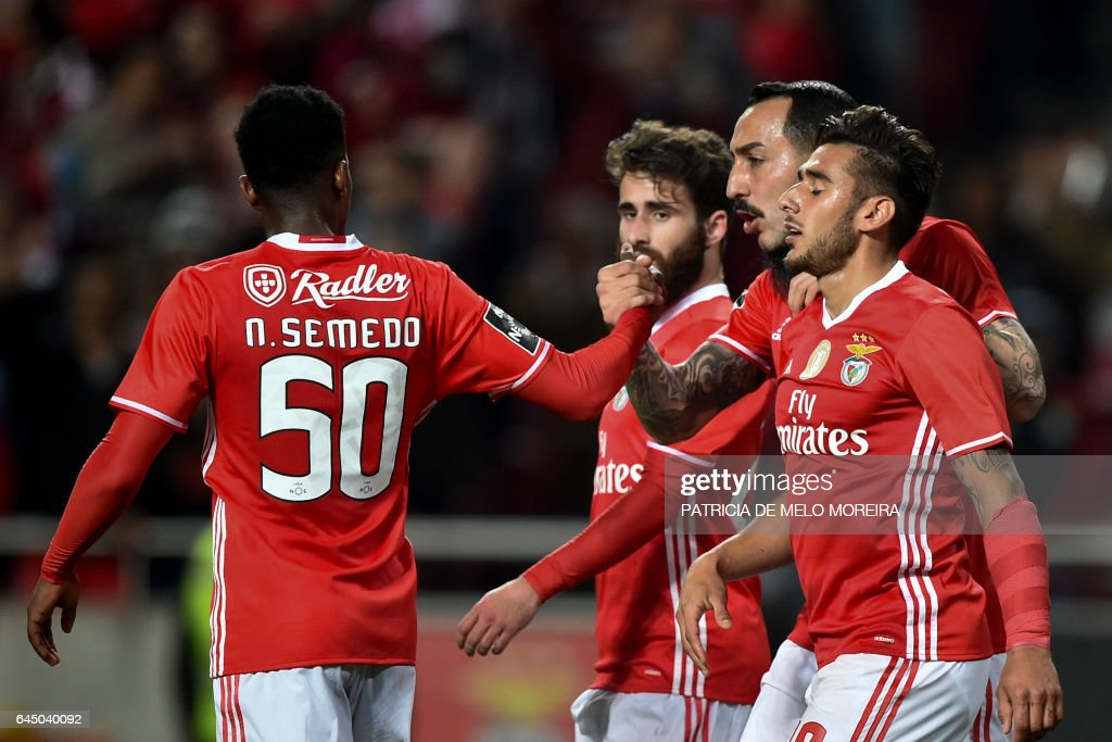 Benfica's Greek forward Konstantinos Mitroglou (2R) celebrates with his teammates after scoring during the Portuguese league football match SL Benfica vs GD Chaves at the Luz stadium in Lisbon on February 24, 2017. / AFP / PATRICIA