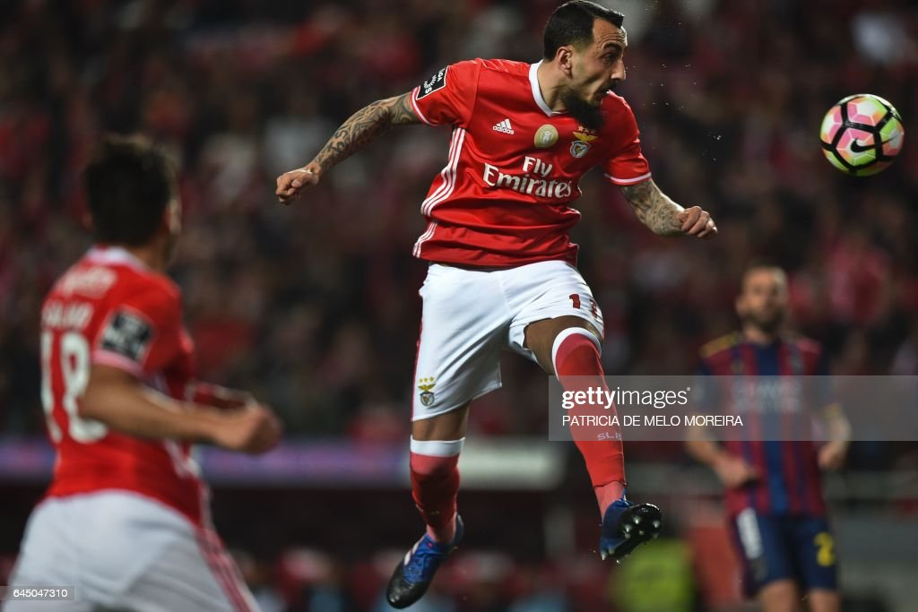 Benfica's Greek forward Konstantinos Mitroglou (C) heads the ball during the Portuguese league football match SL Benfica vs GD Chaves at the Luz stadium in Lisbon on February 24, 2017. / AFP / PATRICIA