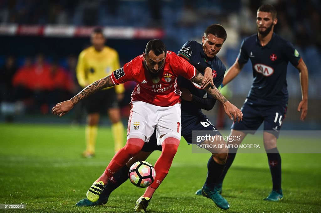 Benfica's Greek forward Konstantinos Mitroglou (L) vies with Belenenses' midfielder Joao Palhinha (C) during the Portuguese league football match between OS Belenenses and SL Benfica at the Restelo stadium in Lisbon on October 23, 2016. / AFP / PATRICIA