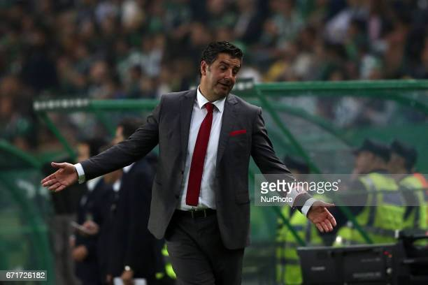 Benfica's head coach Rui Vitoria reacts during the Portuguese League football match Sporting CP vs SL Benfica at the Alvadade stadium in Lisbon on...