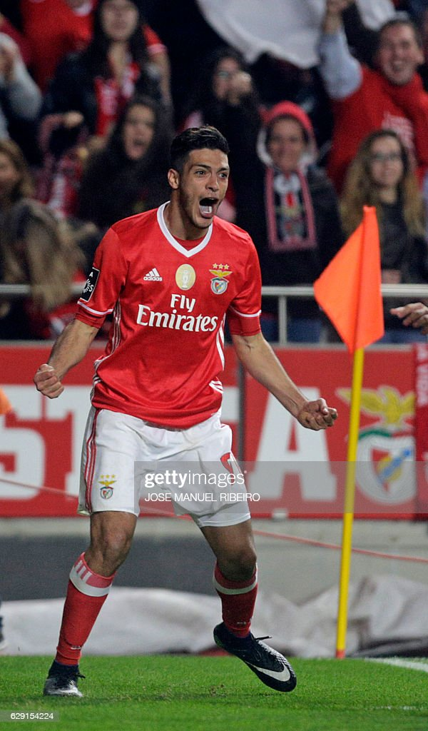 Benfica's Mexican forward Raul Jimenez celebrates his goal during the Portuguese league football match SL Benfica vs Sporting CP at the Luz stadium in Lisbon on December 11, 2016. / AFP / JOSE