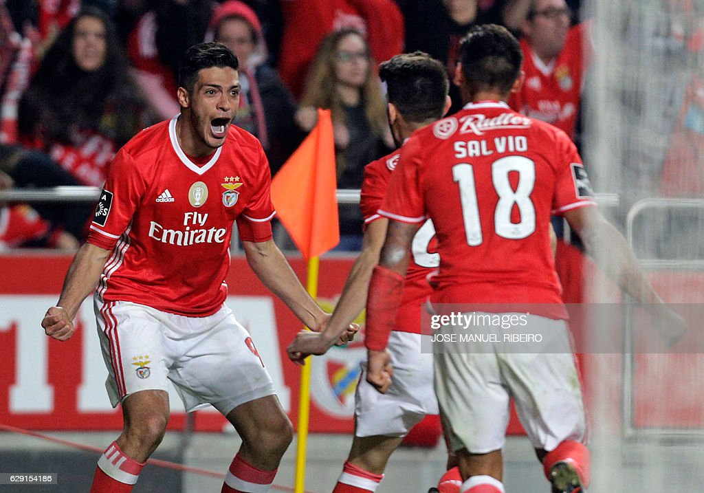 Benfica's Mexican forward Raul Jimenez (L) celebrates his goal with teammates during the Portuguese league football match SL Benfica vs Sporting CP at the Luz stadium in Lisbon on December 11, 2016. / AFP / JOSE