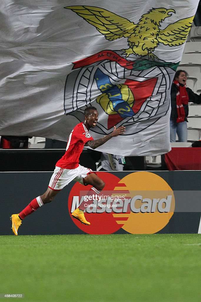 Benfica's midfielder Anderson Talisca celebrates scoring Benfica«s goal during the UEFA Champions League match between SL Benfica and AS Monaco at the Estadio da Luz on November 4, 2014 in Lisbon, Portugal.