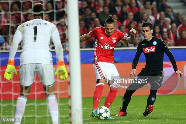 Benfica's midfielder Ljubomir Fejsa vies with Napoli's forward Jose Maria Callejon during the UEFA Champions League Group B football match SL Benfica...